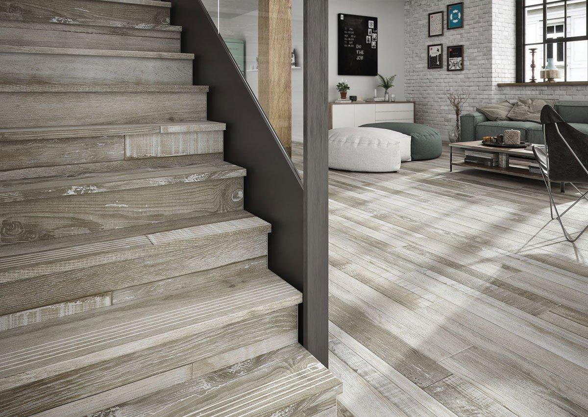 Фото кварцвиниловой плитки на лестнице